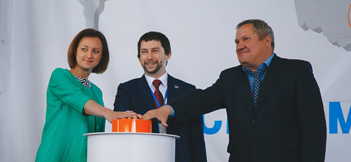 The Samara region's Minister for Construction, Oksana Anatolevna Bistrova (left) together with Alexander Mondrus (centre), Managing Director of MC Russia, and Alexander Prokudin (right), First Deputy of the Head of Kinel City District, attend the official opening of the new MC plant in Alekseevka, Kinel City District in Samara.